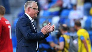 Janne Andersson aplaude a sus jugadores tras el triunfo.