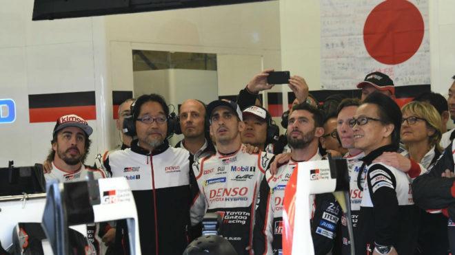 Alonso, acompañado de miembros de Toyota.