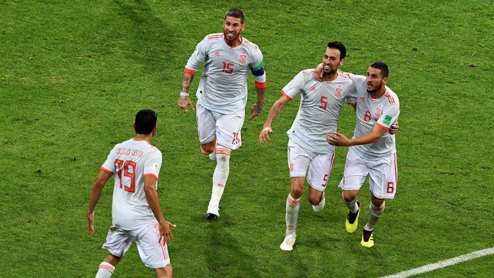 Busquets, Koke y Sergio Ramos celebran con Diego Costa uno de los...