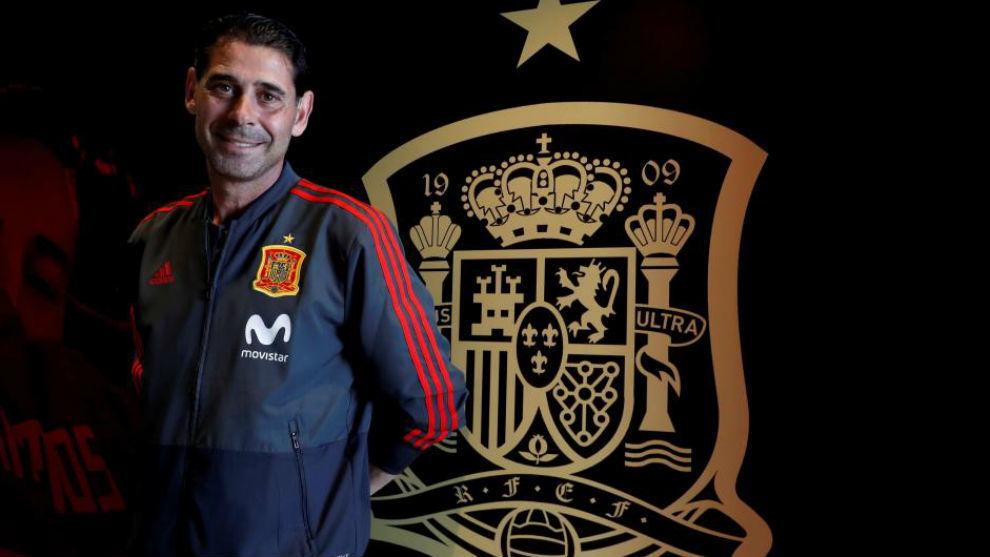 Fernando Hierro, ante el escudo de la selección