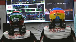 Alonso, con el casco puesto, espera su turno.