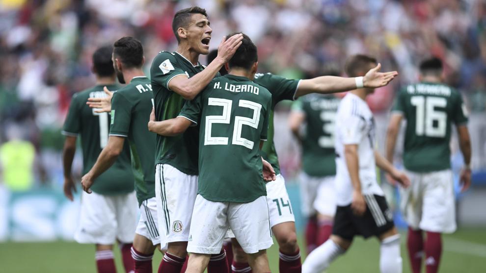 Hirving Lozano, felicitado por sus compañeros tras marcar contra...