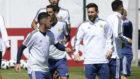 Pavón y Messi charlan durante un entrenamiento.