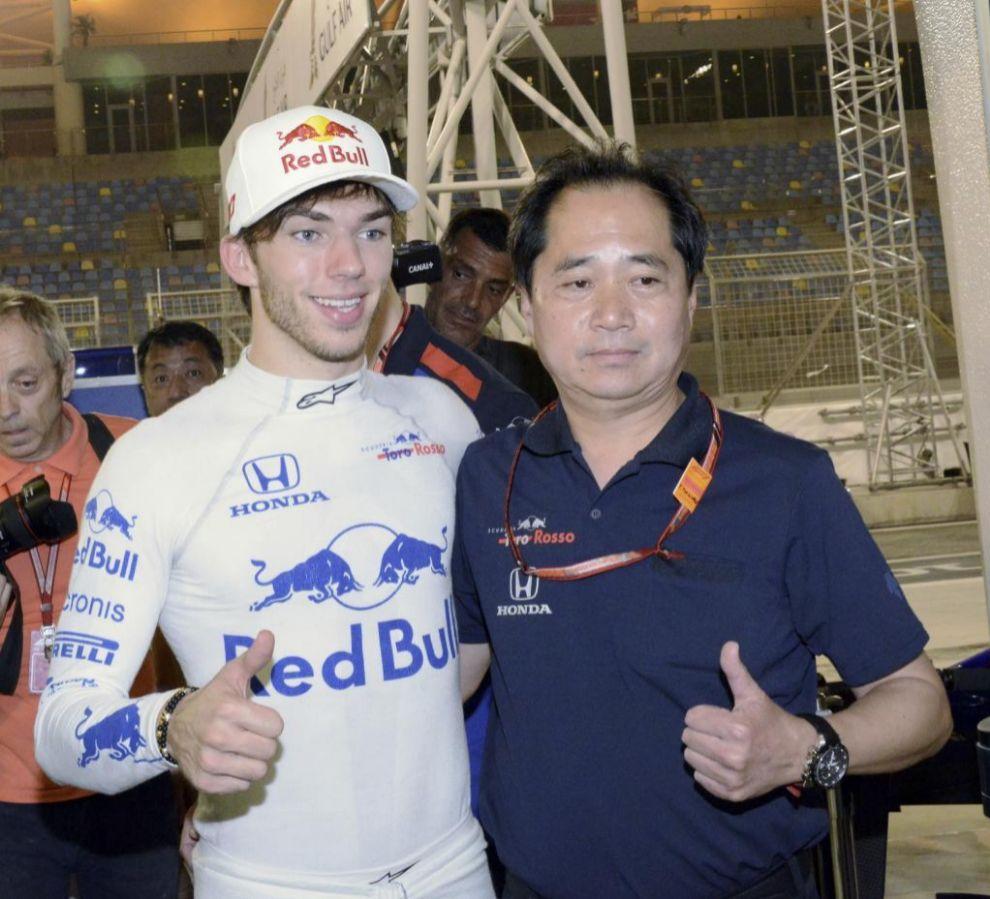 Tanabe, jefe de ingenieros de Honda en pista y Pierre Gasly, en...