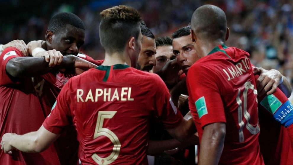 Los jugadores de Portugal celebran uno de los goles de Cristiano...