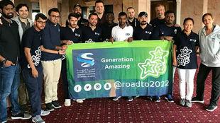Xavi, con los trabajadores de Qatar 2022, en un acto del programa...