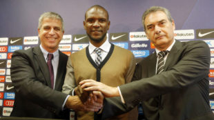 Abidal posa en su presentación junto a Jordi Mestre y Pep Segura.