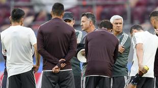 Osorio, con su cuerpo técnico y sus jugadores.