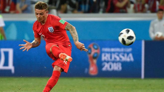 Trippier golpea al balón durante el partido ante Túnez.