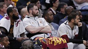 Kevin Love en el banquillo de los Cavs junto a LeBron James y...