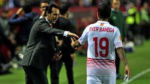 Emery (46) saluda a Banega (29) en el Sevilla-Shakhtar Donetsk.