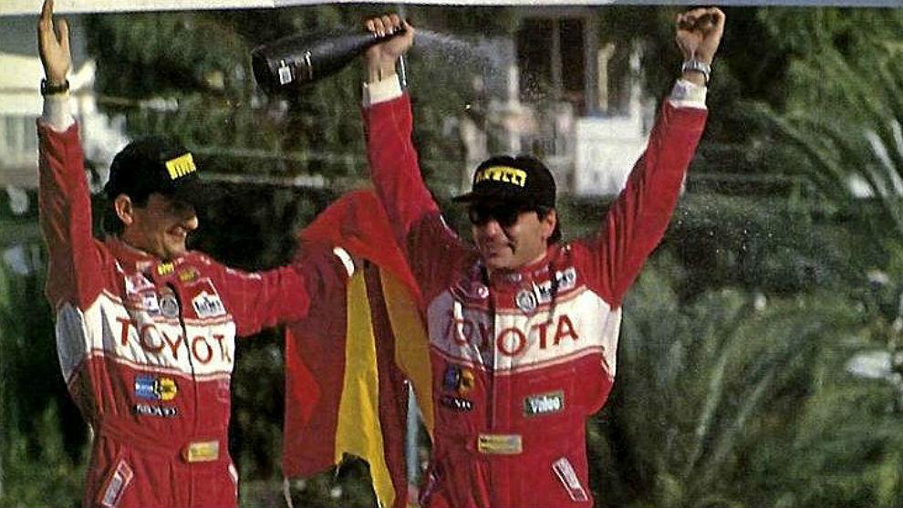 Luis Moya y Carlos Sainz celebran sobre el capó del Toyota Celica su...