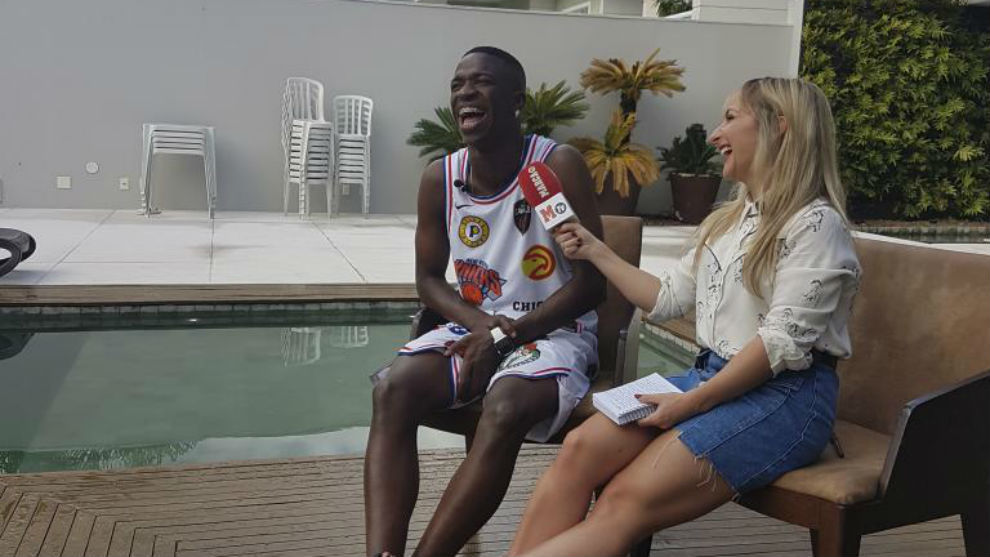 Vinícius, con la periodista de MARCA durante la entrevista en su casa