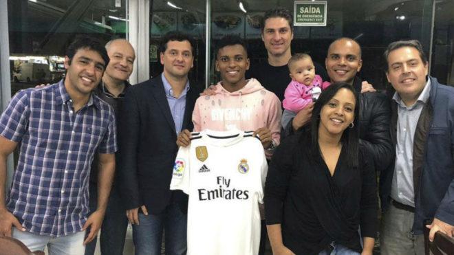 Rodrygo Goes, rodeado de amigos, posa con la camiseta del Madrid