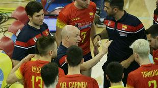 El seleccionador español da instrucciones a sus jugadores.