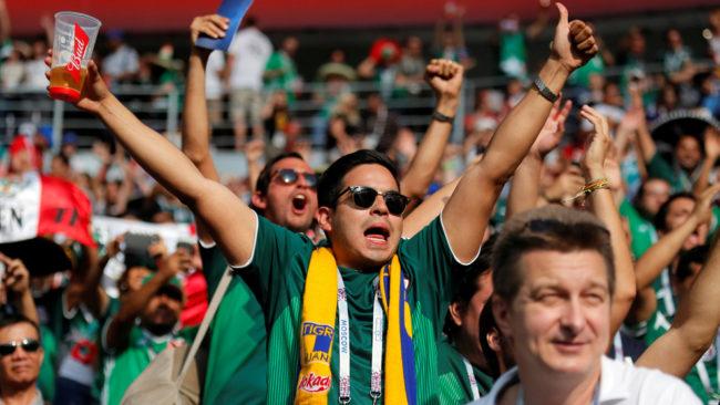 La afición mexicana sigue gritando al despeje del portero rival