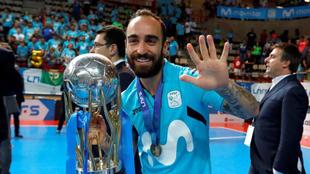 Ricardinho celebra el título tras el partido.