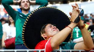 Los aficionados mexicanos deben comportarse durante el duelo ante...