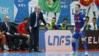 Rivillos recibe las instrucciones de Andreu Plaza durante el partido.