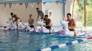 Jugadores de la selección inglesa montados en unicornios hinchables
