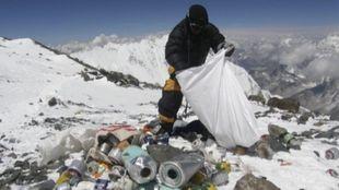 La acumulación de basura en el Everest es un problema que aumenta...