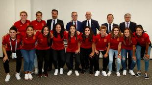 José Guirao posa con la delegación de la selección femenina de...