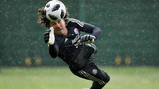 Guillermo Ochoa, durante el entrenamiento de la Selección Nacional de...
