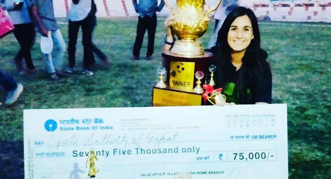 Luri Sorroche posa con el trofeo de uno de los torneos conquistados la...