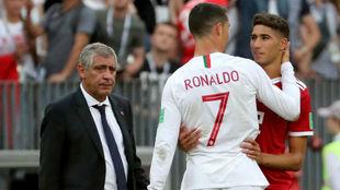 Achraf saluda a Cristiano tras el partido.