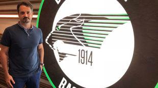 Ahmet Caki posa junto al escudo del Darussafaka