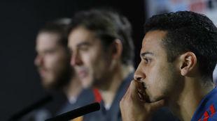 Thiago Alcántara, junto a Lopetegui al fondo en una rueda de prensa...