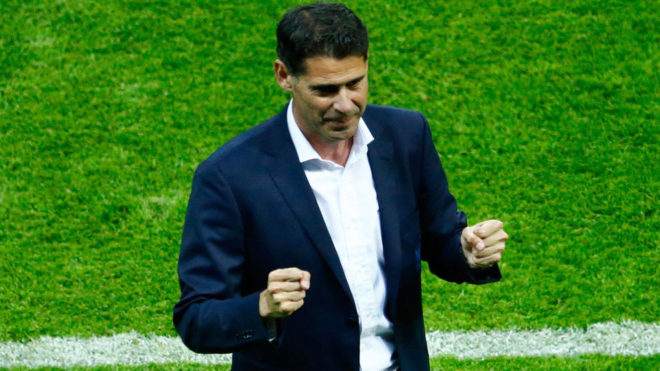 Hierro celebra el gol de Costa.