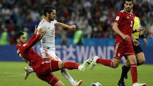 Isco conduce un balón entre dos jugadores iraníes.