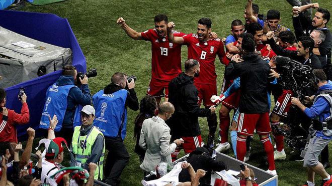 Los jugadores iraníes celebran el gol que finalmente fue anulado.