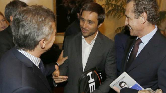 Fernando Belasteguín, en el centro, conversa con el presidente Macri...