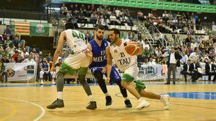 Una imagen del 'playoff' de ascenso entre el TAU Castelló y...