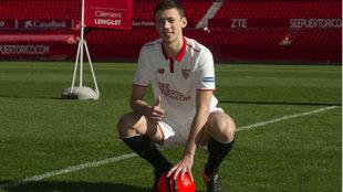 Lenglet posa con la camiseta del Sevilla en su presentación.