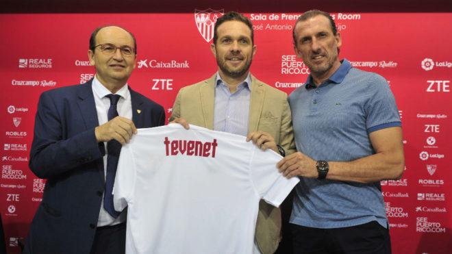 El presidente y Óscar Arias, junto a Tevenet.