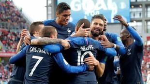 Los jugadores de Francia celebran el gol de Mbappé a Perú.