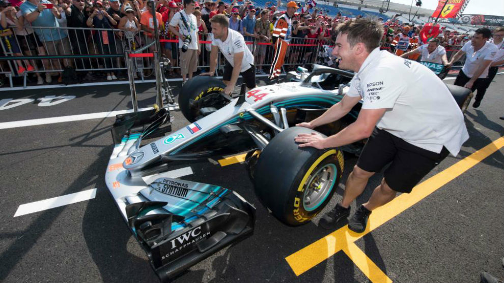 Los mecánicos trasladan el Mercedes de Hamilton, en Paul Ricard.