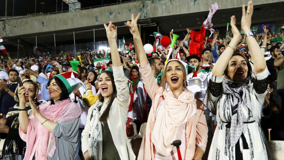 Mujeres de Irán durante la retransmisión del partido entre Irán y...
