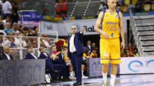 Víctor García dando instrucciones a los jugadores del Gran Canaria