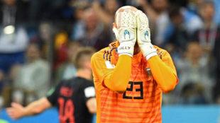 Caballero se lleva las manos a la cara tras el gol de Rebic