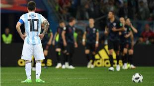 Messi observa a los croatas, que acaban de festejar un gol