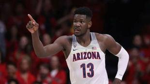 DeAndre Ayton jugando para la Universidad de Arizona