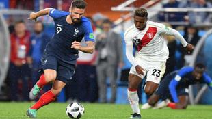 Giroud (Francia) y Aquino (Perú) disputan un balón