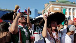 Aficionados mexicanos apoyando desde Rusia a la selección nacional