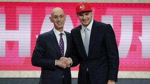 Luka Doncic posa con el comisionado de la NBA, Adam Silver