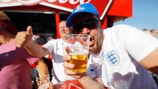 Un aficionado de Inglaterra bebiendo cerveza durante el Mundial