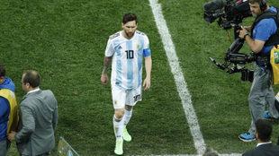 Leo Messi se marcha tras la derrota.